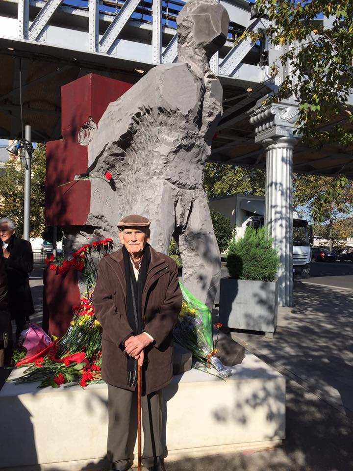 Foto Christiane Mathejka – Paris am 22.10.2016 – Vicente Almudever vor dem neuen Denkmal zum Andenken der Freiwilligen Kämpfer für die Freiheit der Spanischen Republik am Gare d'Austerlitz